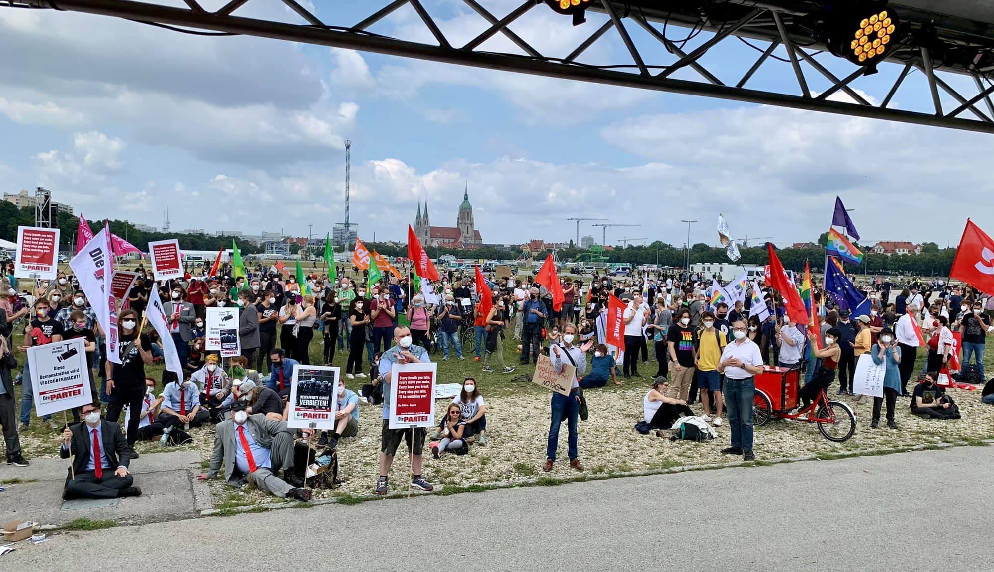 """Teilnehmer der """"Schlimmer geht immer - Nein zum PAG 2.0"""" Demo auf der Theresienwiese"""